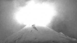 Popocatepetl-con-incandescencia-y-cubierto-de-nieve-UNAMGlobalR
