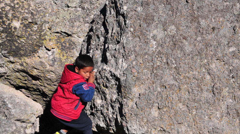 Raramuri-Niño-en-rocas-33-UNAMGlobalR
