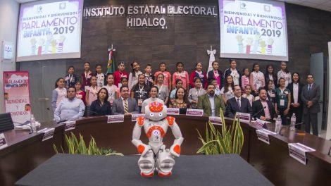 robot2-humanoide-deleitó-niños-parlamento-infantil-UNAMglobal