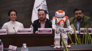 robot-humanoide-deleitó-niños-parlamento-infantil-UNAMglobal